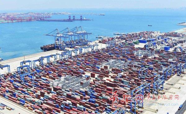 青岛港自动化码头 全球首次实现陆侧全自动收箱