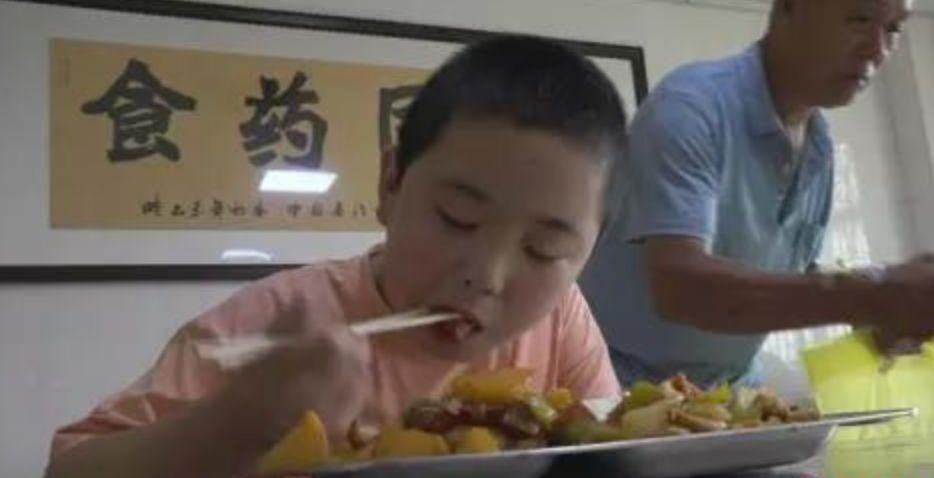 河南男孩增肥救父:我送爸爸的生日礼物 是让他重生