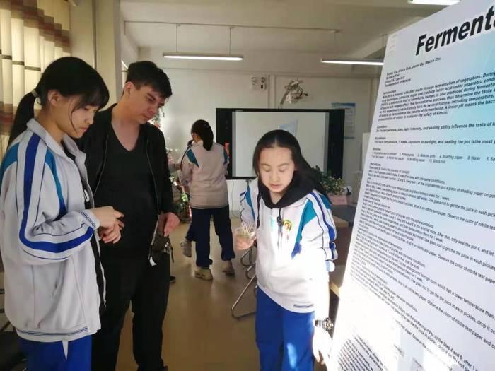 自主編程寫游戲,親自動手做泡菜……山東省實驗中學國際部的科技展腦洞大開