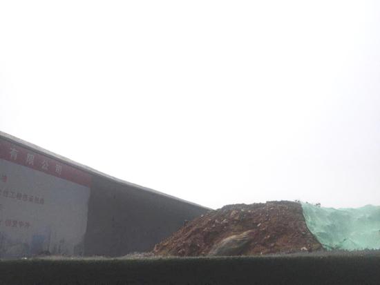 【啄木鸟在行动】二环东路与解放路交汇处西南角渣土覆盖不全