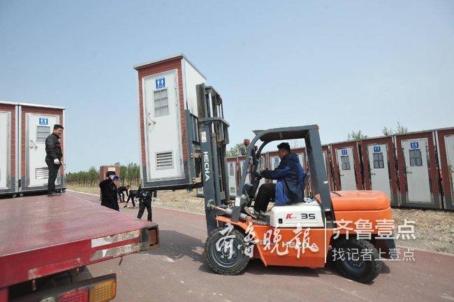 细节周到!潍坊风筝节现场 近百个移动厕所已安装到位