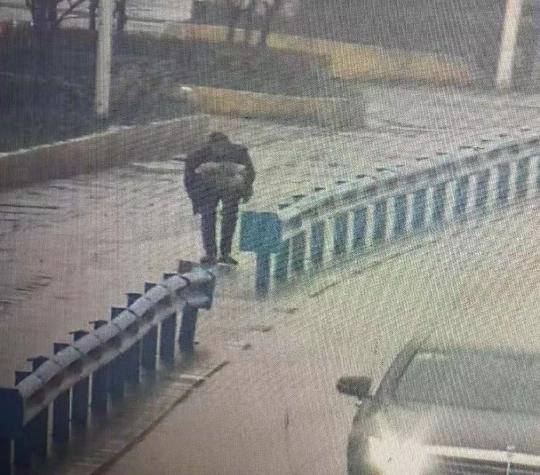 杭州老人失踪2天,监控显示被辆陌生黑车反向带走
