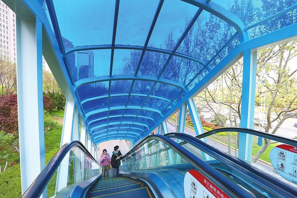 """过街天桥扶梯披""""蓝甲"""""""