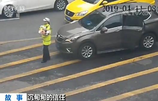 重庆女交警抱着婴儿指挥交通?真相令人感动