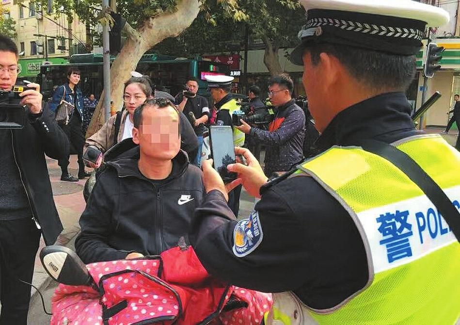 """不吓唬你,骑车使用手机违法 交警首次上路查处""""骑车""""玩手机"""
