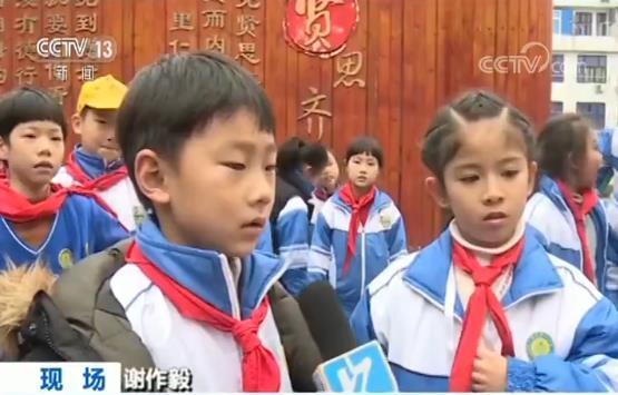 """电梯门突发故障 8岁孩子冷静应对""""教科书""""式自救"""