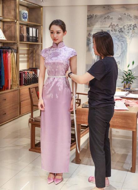 郎朗妻子吉娜试穿旗袍 身材凹凸有致蚂蚁腰抢镜