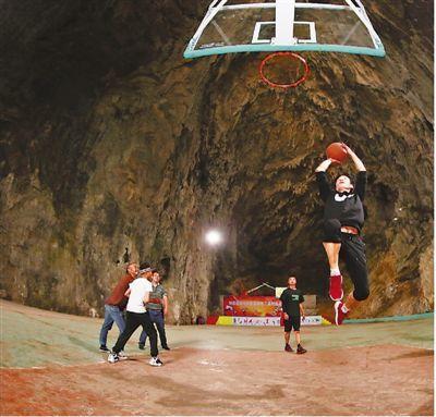 贫困村建起溶洞篮球场