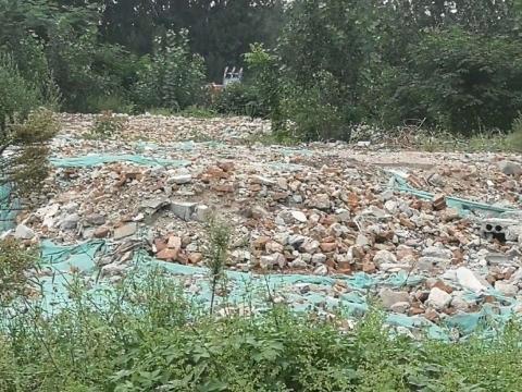 【啄木鸟在行动】长清区滨河路附近建筑垃圾露天堆放