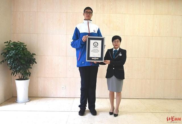 四川14岁男孩身高创吉尼斯纪录 网友:分我一点点就够了!