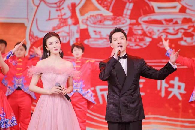 伊丽媛四度加盟东方卫视春晚 与冯绍峰再度同框温暖开唱《回家真好》