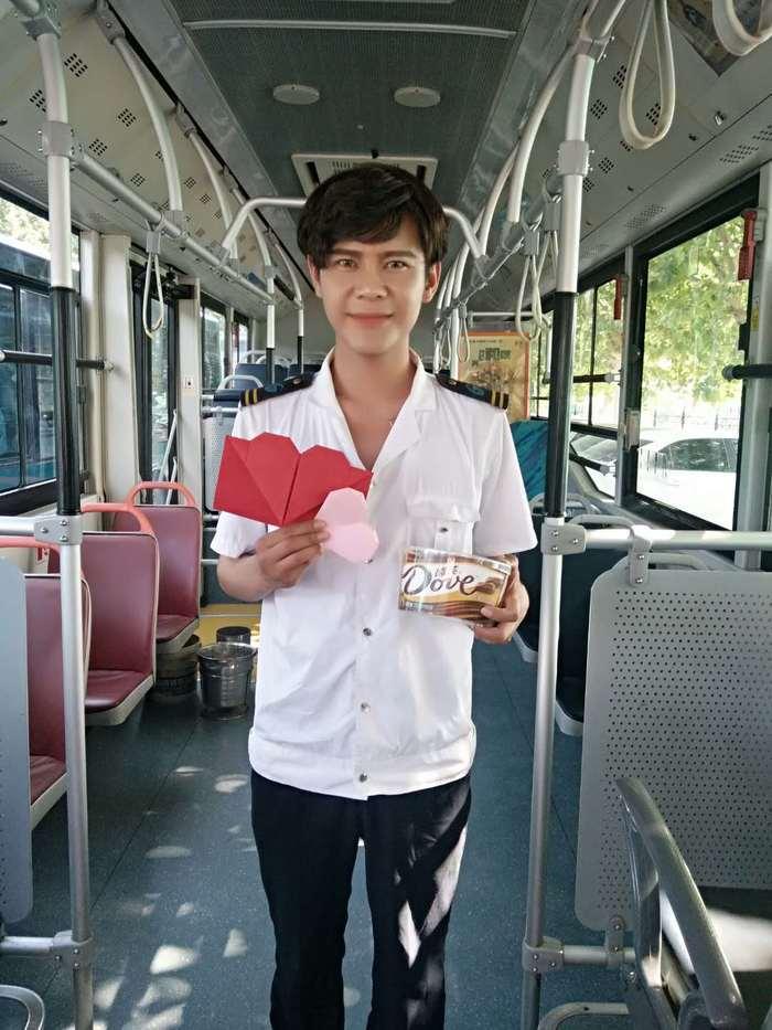 """""""520"""" 美女乘客向济南公交帅司机示爱"""
