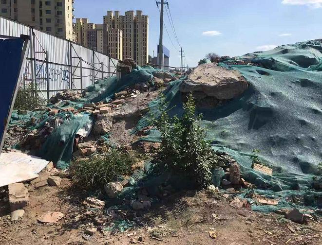 【啄木鸟在行动】朝山街和烈士山北路交汇处附近建筑垃圾裸露