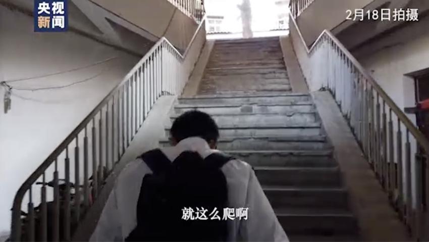 武汉Vlog丨背40斤消毒水爬9层楼...
