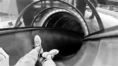 """重庆轨道站可以滑""""滑梯""""出站?回应:系相邻商场娱乐设施"""