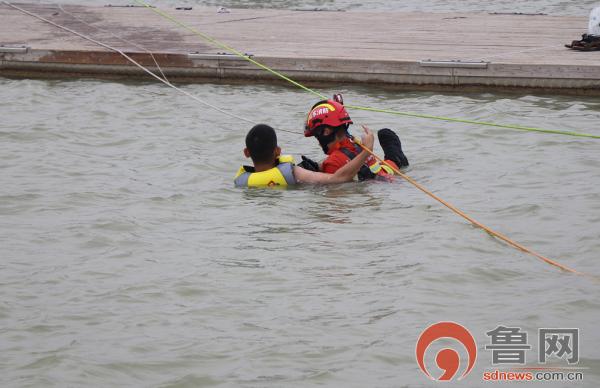 山东多地用水告急 消防救援队伍全力抗旱