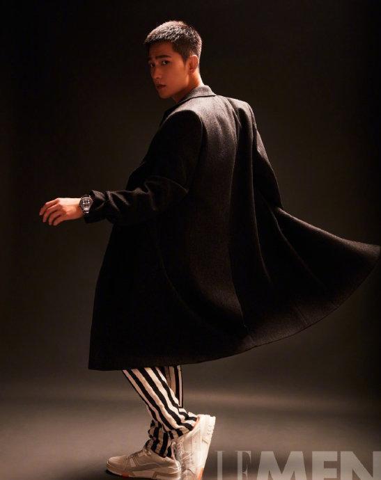 杨洋江疏影同登时尚封面 气场十足超养眼