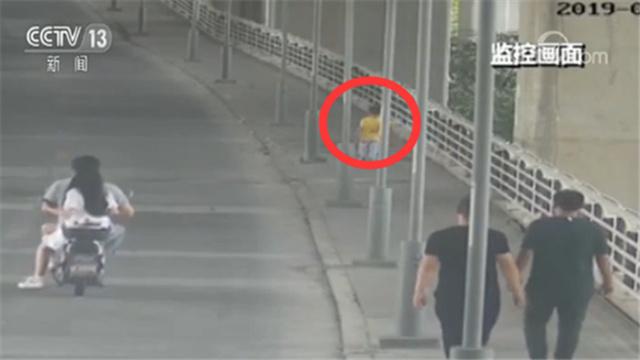 结果好暖心!4岁男童离家出走 两男子一路跟着他