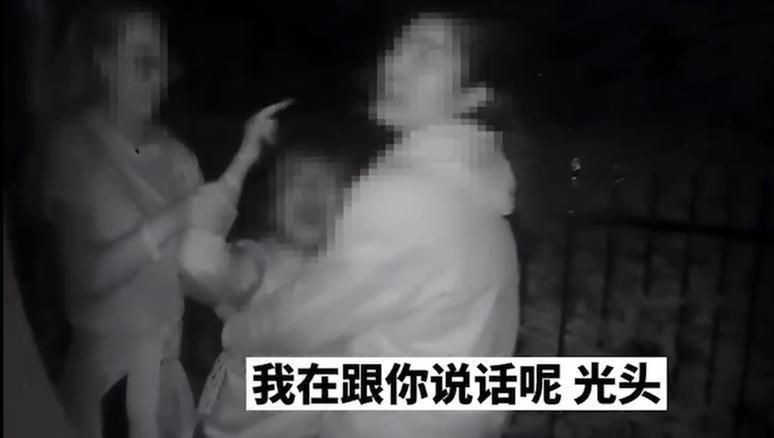 """迷惑行为!上海一女子酒后大骂民警,还""""花费""""几十万在豪车上蹦迪"""
