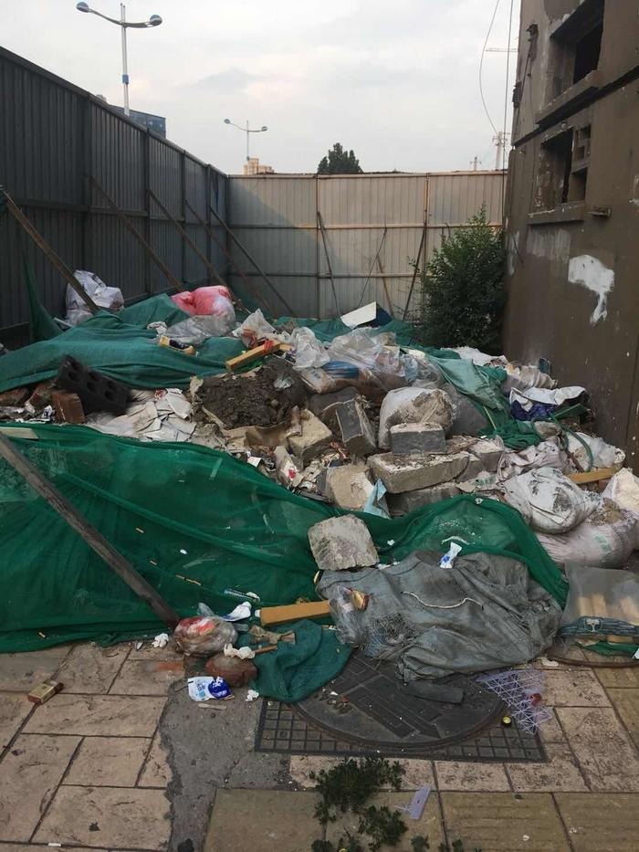 【啄木鸟在行动】经十路德兴街公交站牌西侧附近垃圾裸露