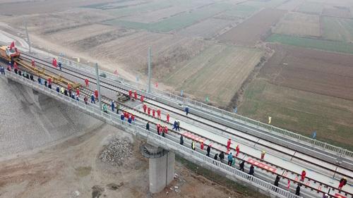 新台高速首座隧道双向贯通