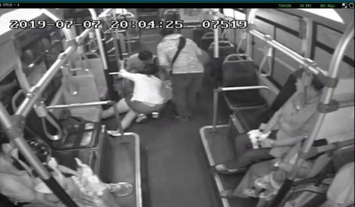 10分钟生死营救!女乘客公交车上突然昏厥,司机乘客紧急伸援手