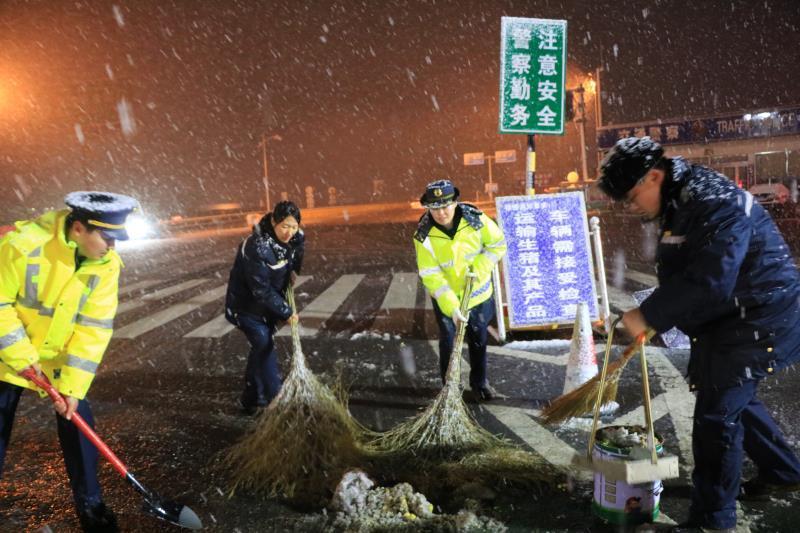 88必发老虎机客户端多地迎来今冬初雪,高速路上上演除雪大战