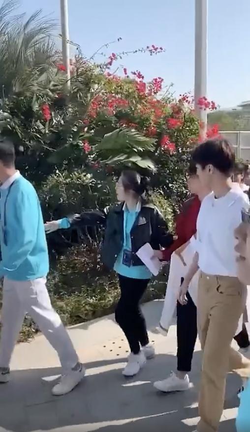 王俊凯被黄牛搂肩是怎么样回事 那到底是个什么行使?