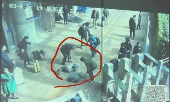 【热议】被行李箱绊倒去世家属索赔被驳回 驳回原因曝光你怎么看?