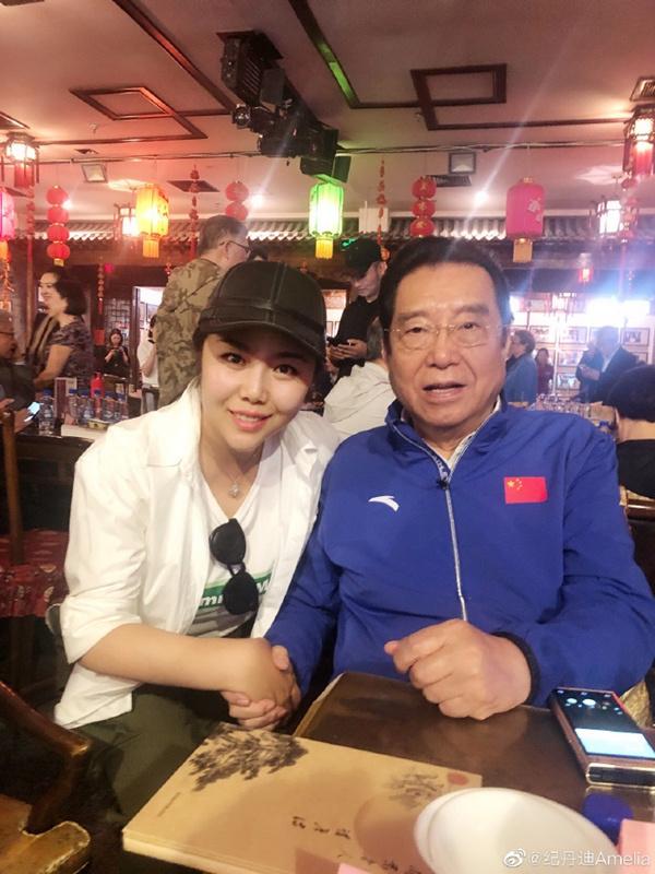 80岁李双江和53岁老婆近照曝光,头发乌黑发量惊人!