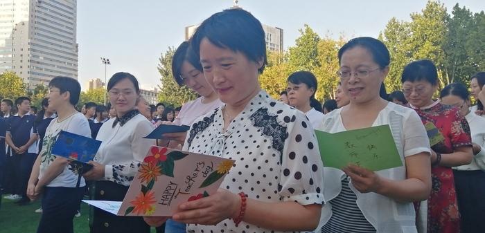 """鲜花、笑脸与拥抱 济南九中致敬""""教育追梦人"""