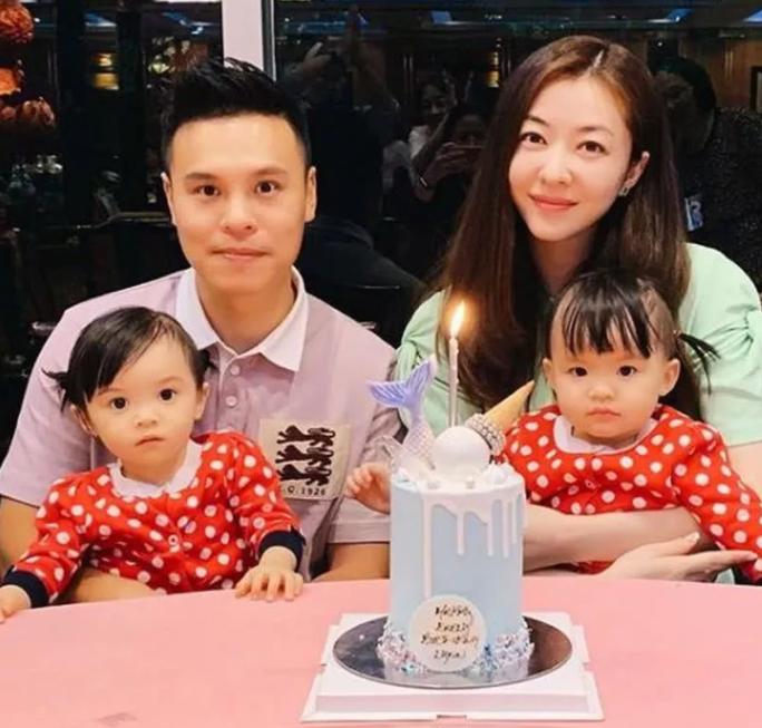 熊黛林夫妇带女儿 双胞胎一个像爸爸一个像妈妈也是很萌了