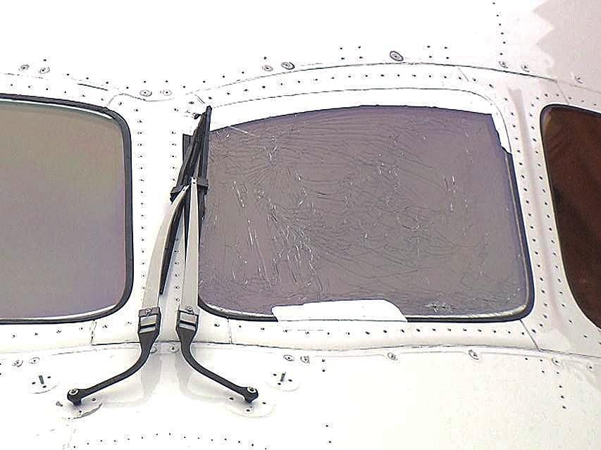 一架飞往上海的波音客机起飞途中驾驶舱玻璃开裂