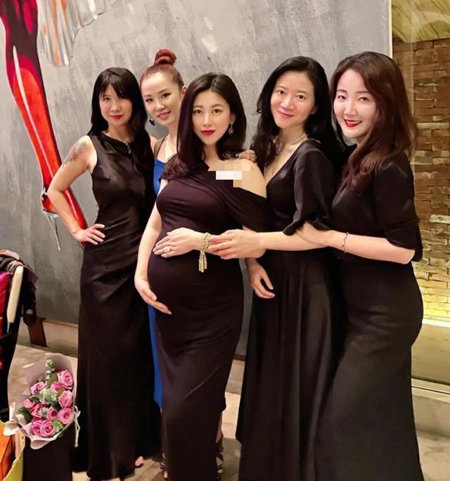朱珠怀孕8月庆生肚大如箩 穿斜肩礼服身姿曼妙