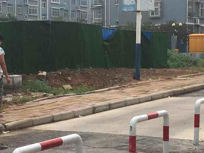 【啄木鸟在行动】凤凰路与丁香路交汇处附近渣土裸露未覆盖