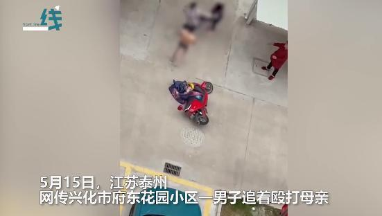 太可恶!男子当街殴打母亲 多次拳打飞踹还企图骑车撞人