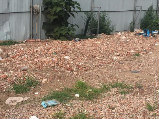 【啄木鸟在行动】水屯北路西泺河路公交站南侧围档内渣土裸露