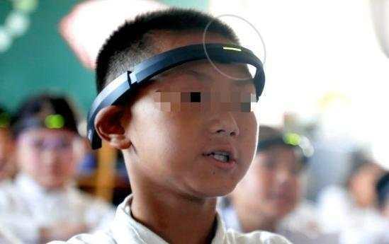 现实版紧箍咒!小学生戴头环走神 这是要把孩子培育成机器人?