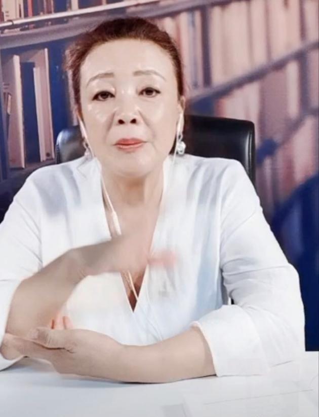 汪小菲62岁妈妈直播带货十分卖力,直言没空帮大S带娃