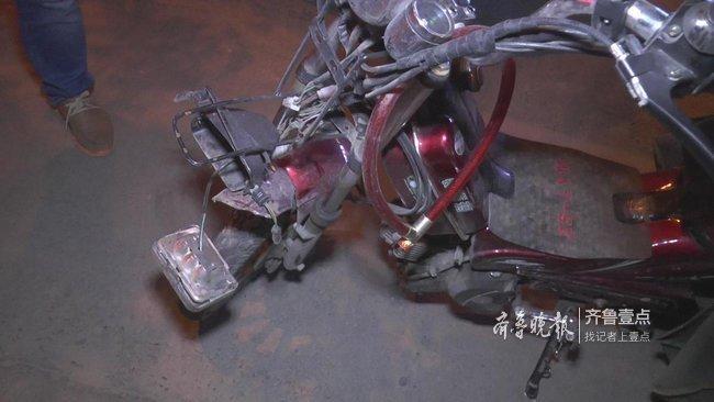 济南一外卖小哥疑似抢灯与电动车相撞,一人受伤送医