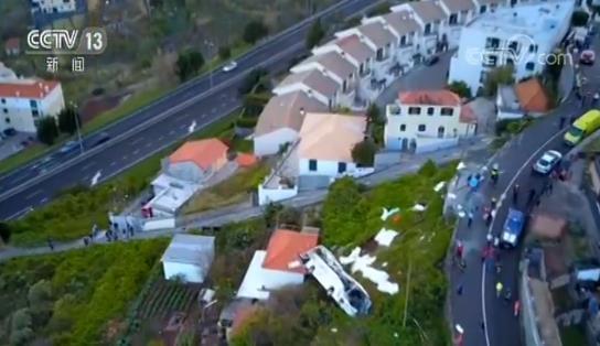 旅游大巴翻车侧翻坠落山坡撞上一栋民宅 至少29人死亡