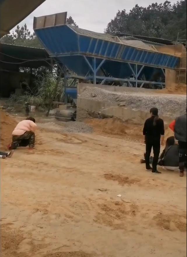 """南昌一工人被沙土""""活埋""""身亡,官方回应:涉事铲车司机已被刑拘"""