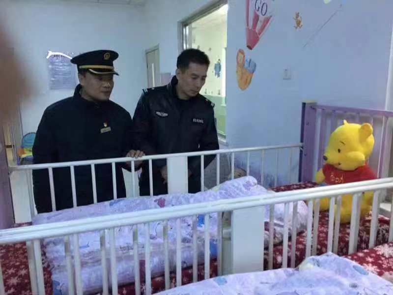 寒夜里的温暖 铁警救护一名被遗弃的男婴