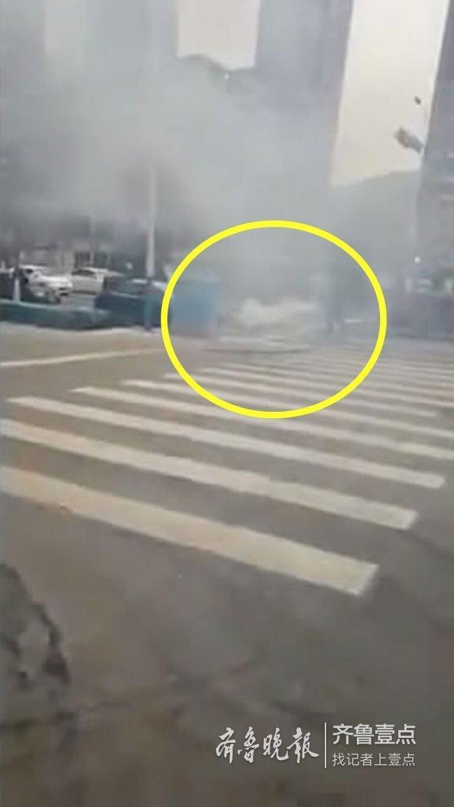 小汽车街头自燃,济南仨公交司机用6个灭火器将火扑灭