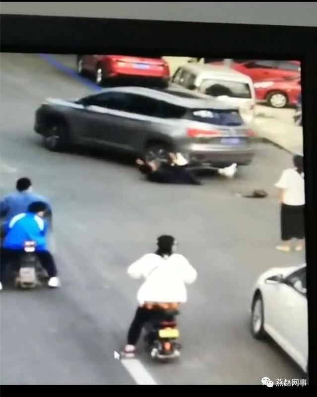 什么仇什么怨?女子当街遭前男友驾车碾压 现场发生了什么?