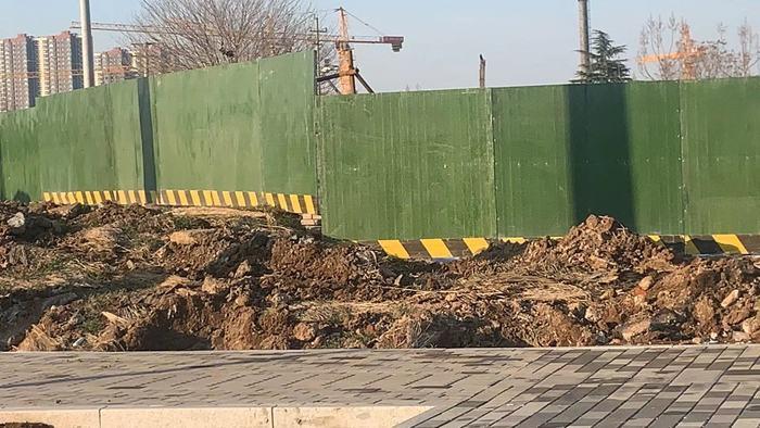 【啄木鸟在行动】济南市历下区机床四厂路智远街道办事处邓家庄支部委员会有大片渣土裸露