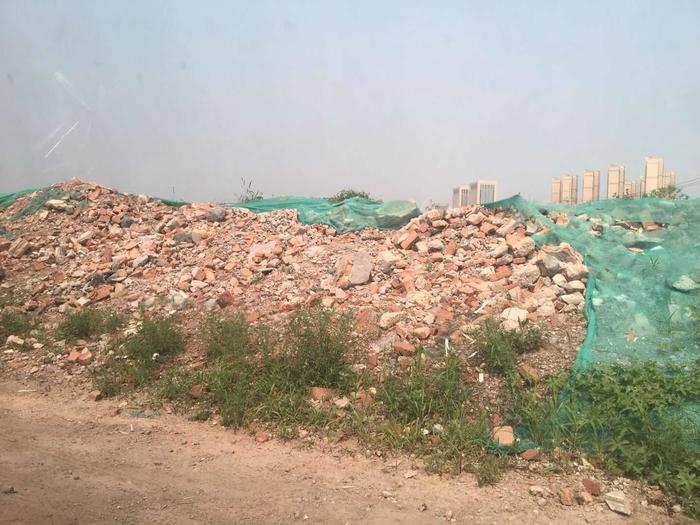 【啄木鸟在办法】济南泰润模具厂四周构筑垃圾裸露未笼罩