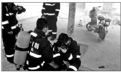 火场浓烟中消防员将面罩让给老人 自己被呛得呕吐不止