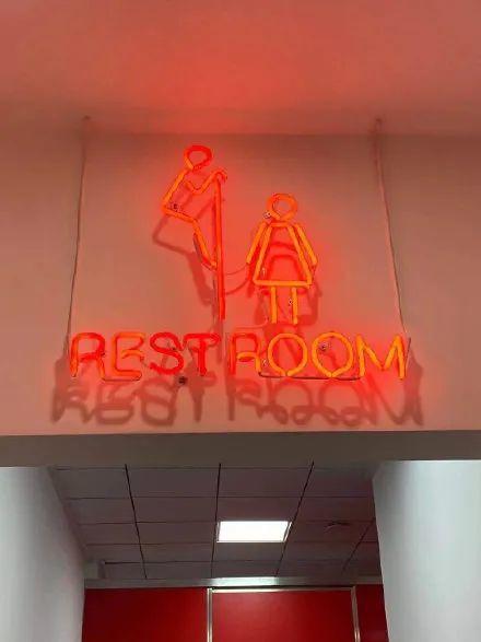 甩锅的节奏?洗手间标志设计成偷看女性网红店道歉 老板:这是幽默