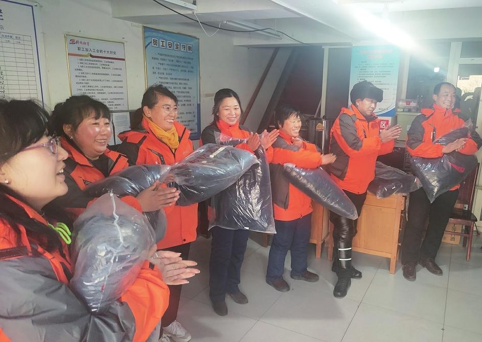 """济南报业集团""""暖心行动""""关爱员工 400余套棉服送给发行员"""